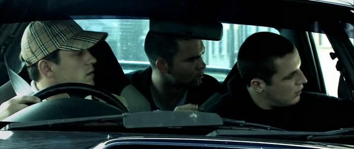 кадр из фильма «Вне закона»